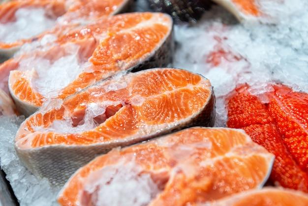 赤魚のチルドステーキ。魚のかけらが氷の上にあります。 Premium写真