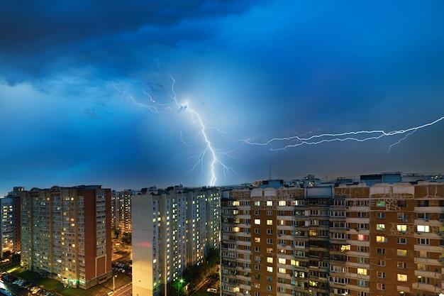 Гроза и молния над городом Premium Фотографии