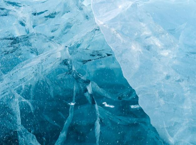 ひび割れの多い青く濃い氷 Premium写真