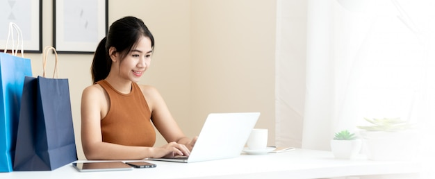 アジアの若手起業家のバナー Premium写真
