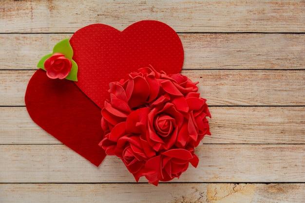 Деревянный фон с цветами и сердцами. концепция дня святого валентина. Premium Фотографии