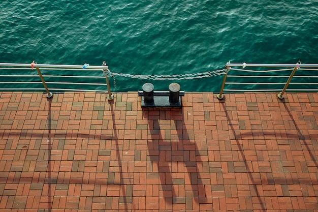 Палы на пристани в солнечный день вид сверху. Premium Фотографии
