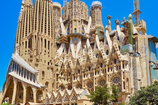 バルセロナのアントニ・ガウディによるサグラダ・ファミリア教会の外観。 Premium写真