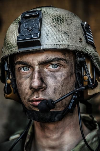 若い兵士の明るい目 Premium写真