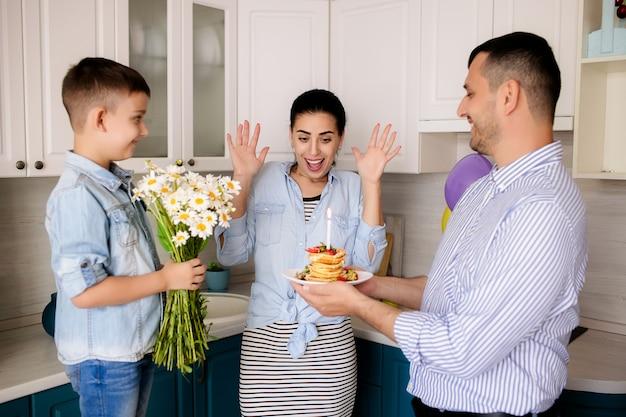 幸せな家族、父と息子はお母さんの誕生日おめでとう Premium写真