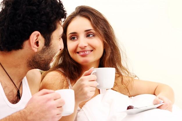 Молодая пара завтракает в постели Бесплатные Фотографии