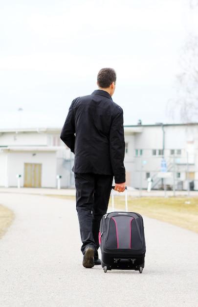 手荷物を持つ男 無料写真
