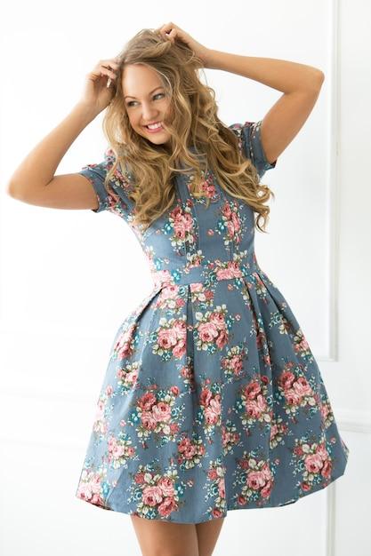 美しいドレスの巻き毛の少女 無料写真
