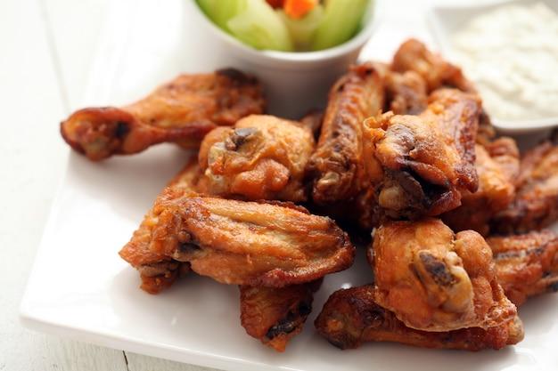Куриные крылышки с соусом и овощами Бесплатные Фотографии