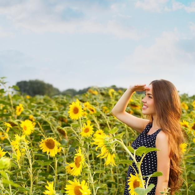 ひまわりで美しい少女 無料写真