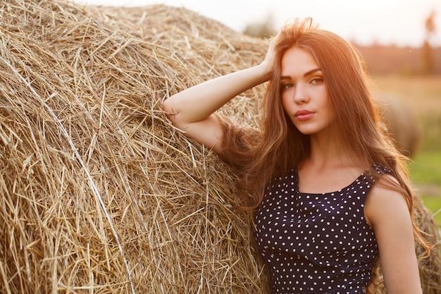 フィールド上の美しい少女 無料写真