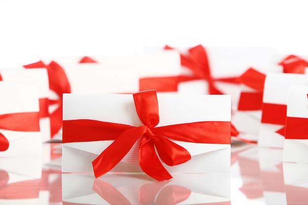 素晴らしい赤い弓のギフト封筒 無料写真