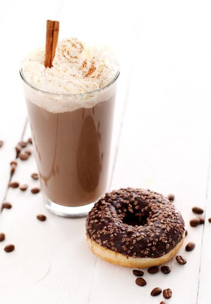ホイップクリームとドーナツ入りアイスコーヒー 無料写真