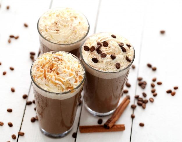 ホイップクリームとアイスコーヒー 無料写真