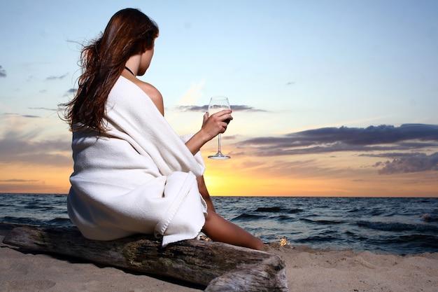 Сексуальная молодая и красивая женщина на пляже Бесплатные Фотографии