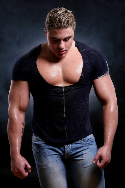 若くて美しい筋肉マン 無料写真