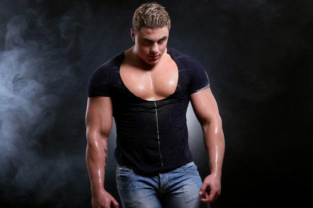 Молодой и красивый мускулистый мужчина Бесплатные Фотографии