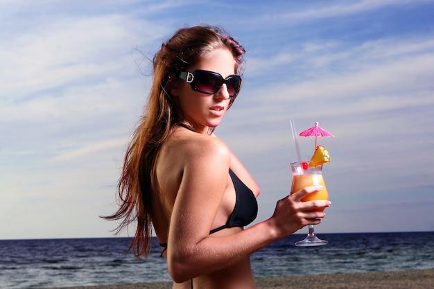 ビーチで若くて美しい女性 無料写真
