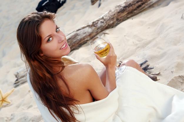 ビーチで美しい若い女性 無料写真
