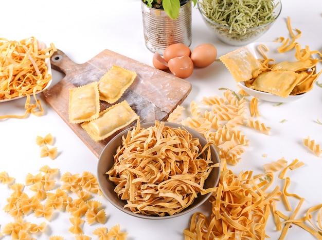 Продукты питания. вкусная паста ручной работы на столе Бесплатные Фотографии
