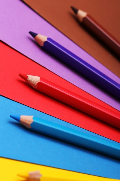 カラフルな紙の上の鉛筆 無料写真