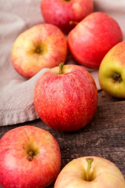 Свежие красные яблоки на деревянном столе Бесплатные Фотографии