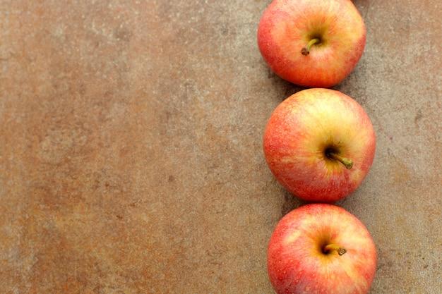 木製のテーブルに新鮮な赤いリンゴ 無料写真