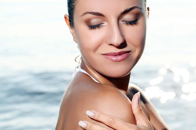Красивая молодая женщина на пляже Бесплатные Фотографии