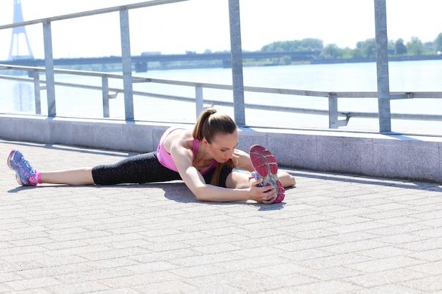 Привлекательная спортивная девушка на улице Бесплатные Фотографии