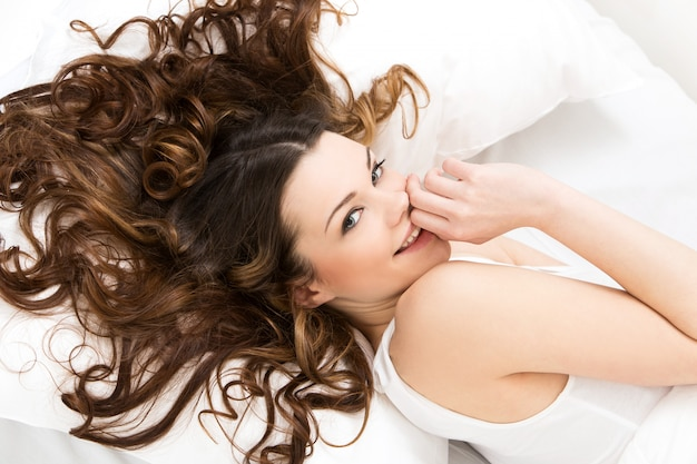 ベッドで美しい少女 無料写真