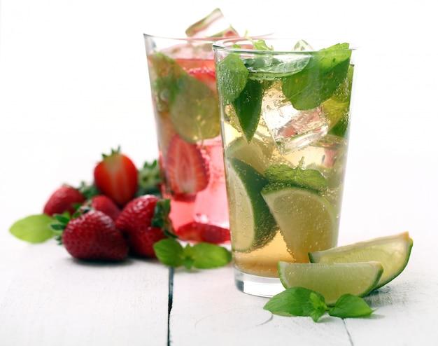 Свежий вкусный клубнично-мятный мохито Бесплатные Фотографии