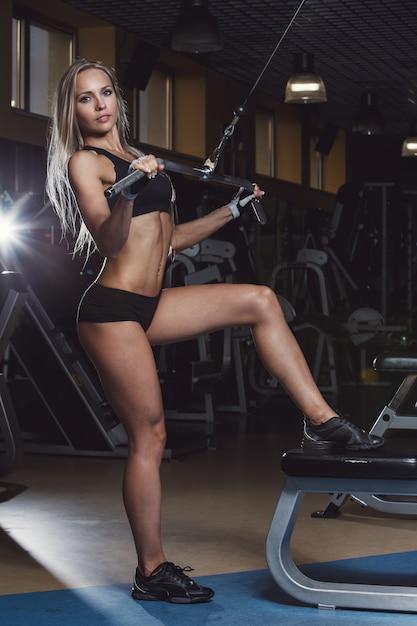 Красивая девушка в спортзале Бесплатные Фотографии