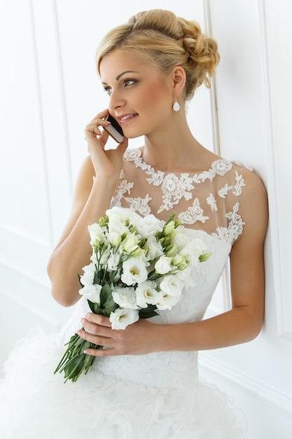電話で話している美しい花嫁 無料写真