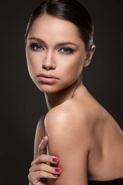 完璧な顔を持つ美しい少女 無料写真