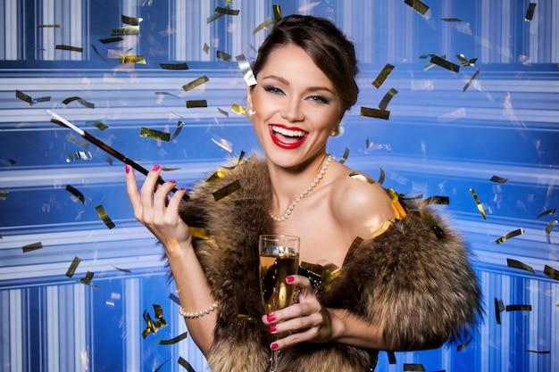 お祝い中に美しく、魅力的な女性 無料写真