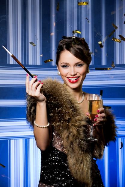 シャンパングラスで美しい少女 無料写真