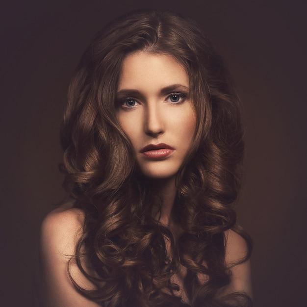 ゴージャスな髪の美しい少女 無料写真