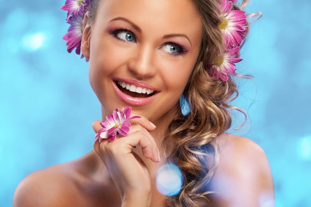 Красивая женщина с цветами в волосах Бесплатные Фотографии