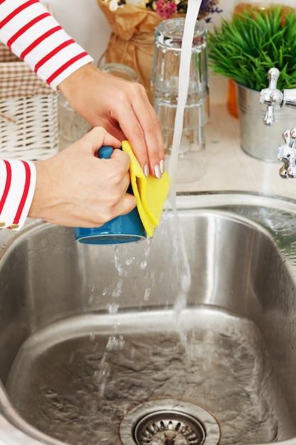 女性はティーカップを洗う 無料写真