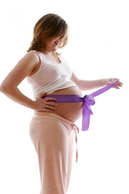 美しい幸せな妊娠中の若い女性 無料写真