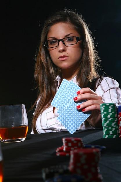 Красивая женщина играет в покер Бесплатные Фотографии