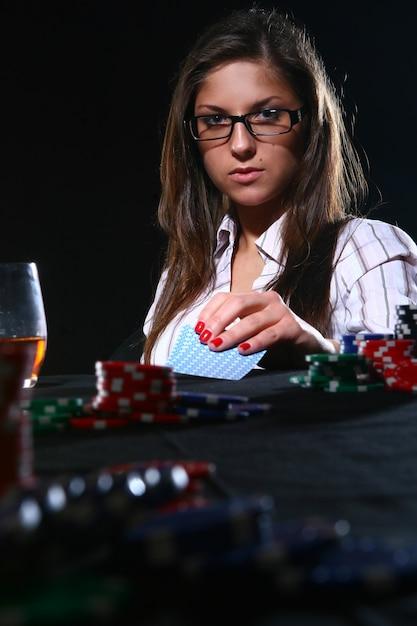 美しい女性がポーカーをプレー 無料写真
