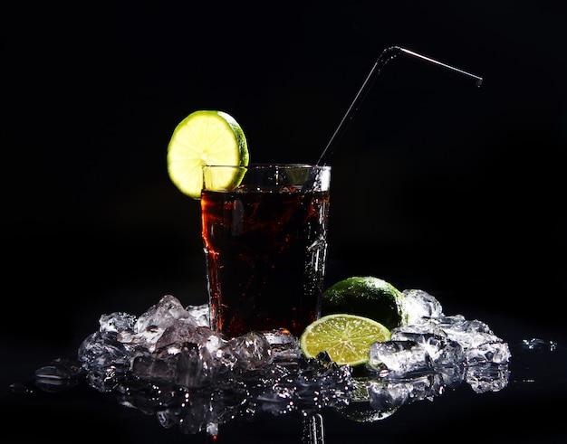 グリーンライムと新鮮なコーラの飲み物 無料写真