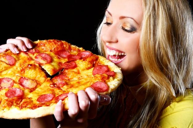 ピザを食べて元気な女の子 無料写真