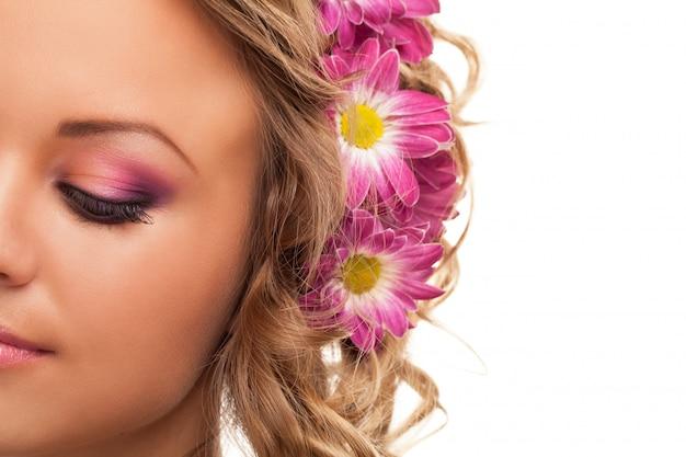 Красивая молодая кавказская женщина с цветками Бесплатные Фотографии