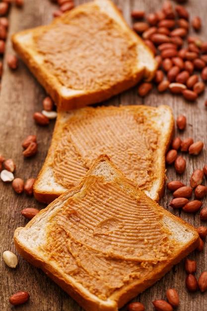 トーストにおいしいピーナッツバター 無料写真