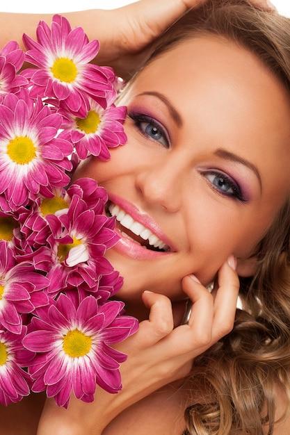 花を持つ美しい若い白人女性 無料写真
