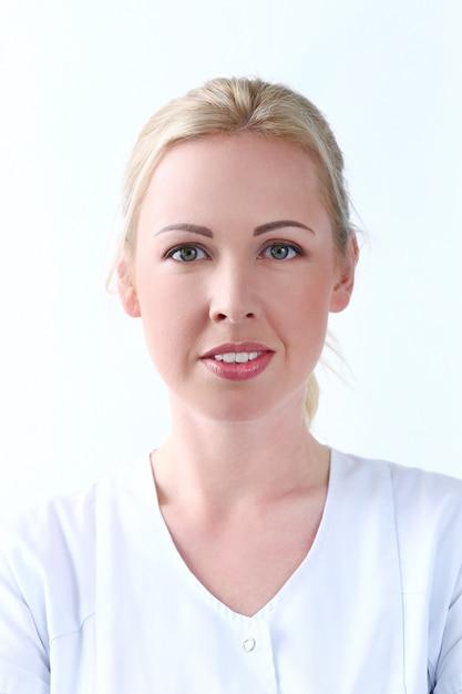 プロフェッショナル。キュートな笑顔で美しい美容師 無料写真