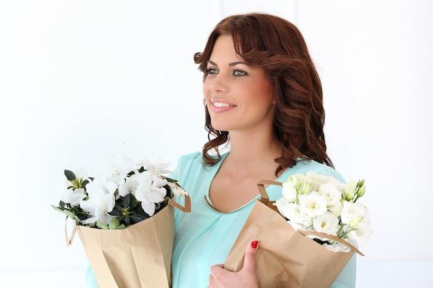 花を持つ魅力的な女性 無料写真