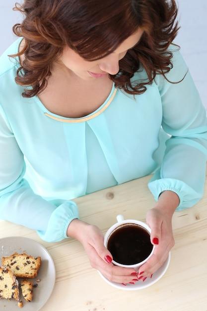 カフェで美しい少女 無料写真